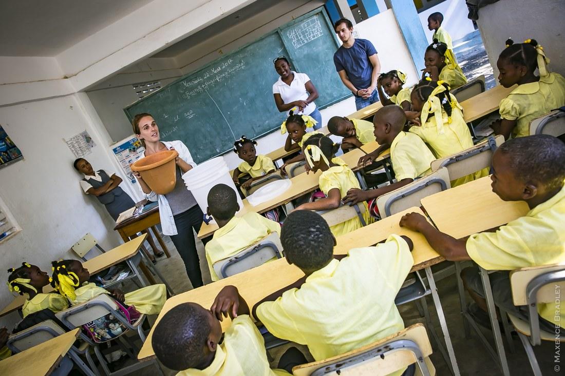 Photo de Laure Botinelli présentant son savon dans une école. Crédit: Anacaona.