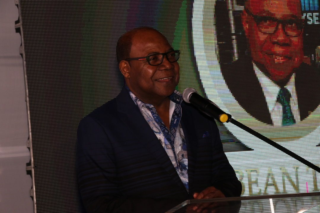 Edmund Bartlett addresses audience members after being conferred with the 2017 Caribbean Tourism Minister of the Year award.