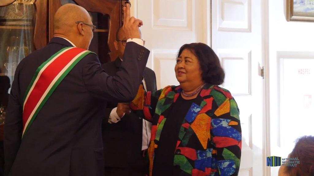 President Bouterse beedigt Mr. Van Dijk-Silos als voorzitter van het Onafhankelijk Kiesbureau. Foto: NII