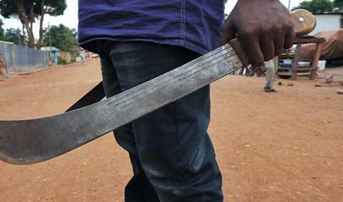 Bewapend met een houwer betrad hij zonder toestemming het erf en bedreigde de vrouw met de dood.
