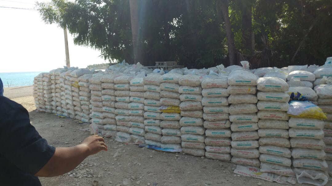 Des sacs de pierres alignés sur le littoral du Sud-Est. Photo: Cyrus Sibert/Twitter