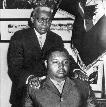 Photo historique. François Duvalier (Papa Doc) et Jean-Claude Duvalier (Baby Doc) lors de la passation de pourvoir en 1971.