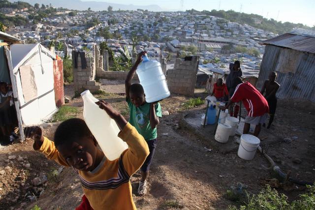 Pour un ministre en RD, l'eau de puits en Haïti provient des latrines. Photo: Angel.co