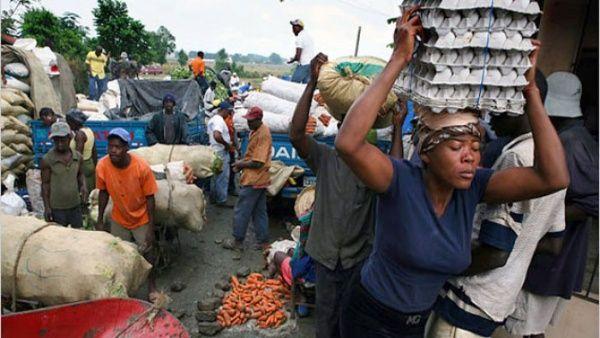 Des marchands haitiens a la frontiere haitiano-dominicain. Photo: telesurtv.net