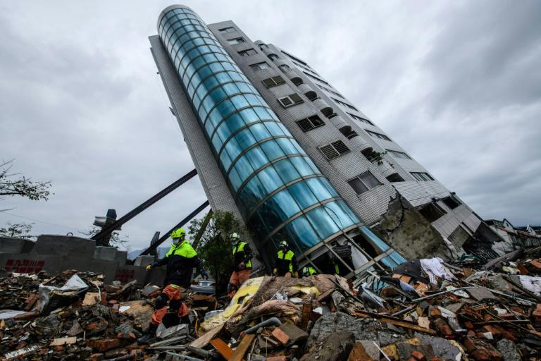 Un immeuble affaisé après un violent séisme, dans la ville de Hualien, le 7 février 2018 à Taïwan. Photo : AFP / Anthony WALLACE