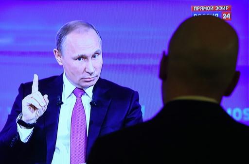 """Le président russe Vladimir Poutine face à un journaliste lors de l'émission """"Ligne Directe"""", le 15 juin 2017 à Moscou"""