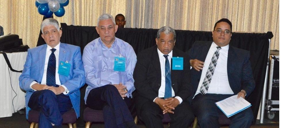 Le président du Parti dominicain pour le changement (DXC), Eduardo Estrella, ainsi que d'autres dirigeants de cette organisation lors d'une assemblée tenue à l'hôtel Barceló antigo Lina. Photo: Daniel Duverge