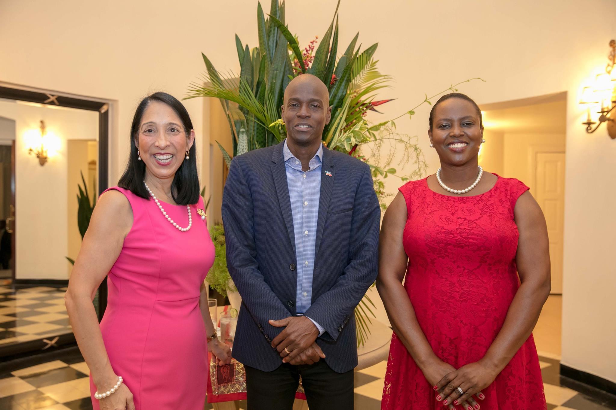 L'ambassadeur des Etats-Unis Michele J. Sison, le chef de l'Etat Jovenel Moise et son épouse Martine. (de g. à d.)/ Photo: Ambassade des États-Unis, Port-au-Prince (Haiti)/Facebook