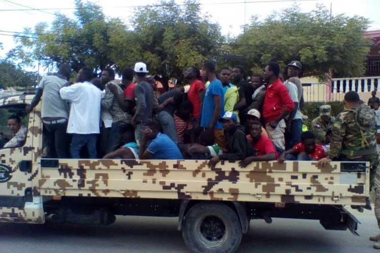 Vue d'un véhicule dominicain qui transportait des migrants haïtiens à la frontière. / Photo: Prensa Latina