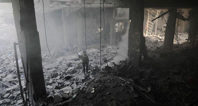 Lundi soir, 20 civils, dont 16 enfants, ont été tués par un raid aérien alors qu'ils s'abritaient dans une école à Arbine, dans le secteur sud de l'enclave.