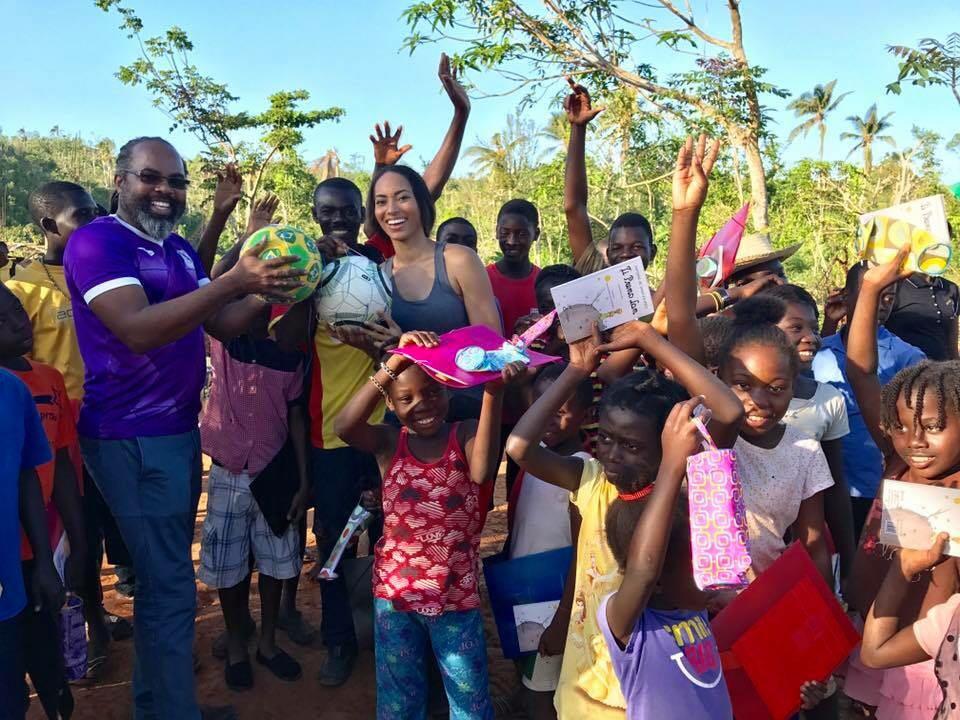 Raquel Pelissier dans une ambiance saine avec les écoliers de l'établissement Marion (Grand'Anse). / Photo : Raquel Pelissier