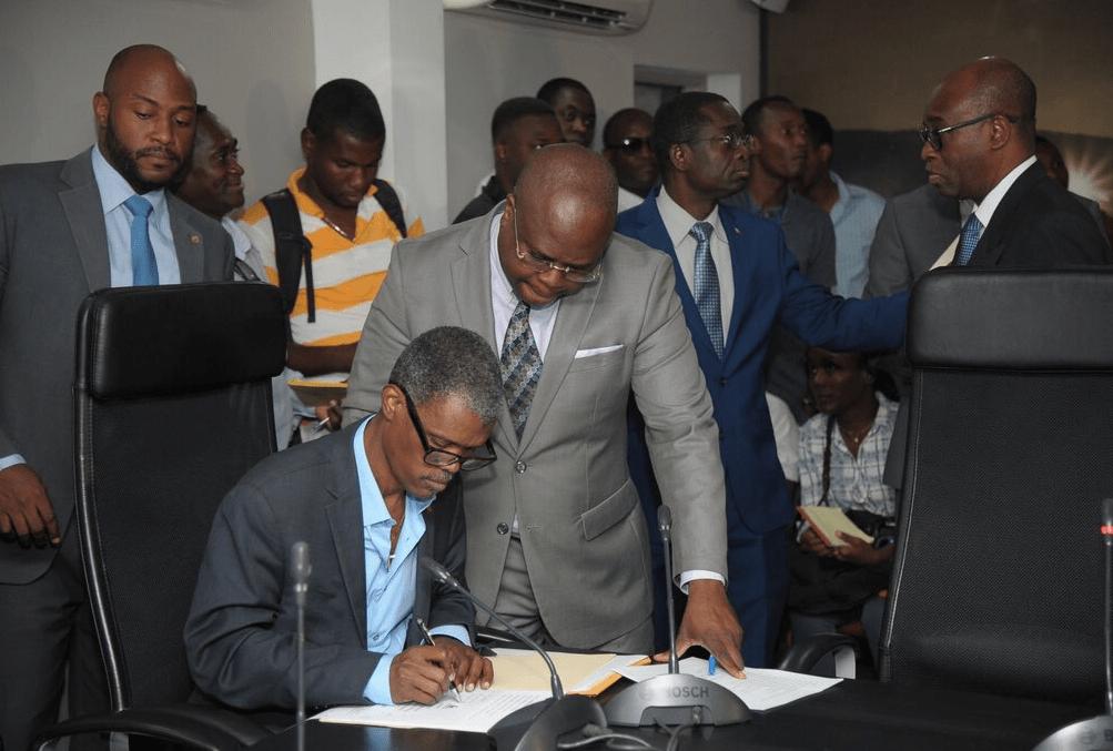 Signature de chèques aux partis politiques