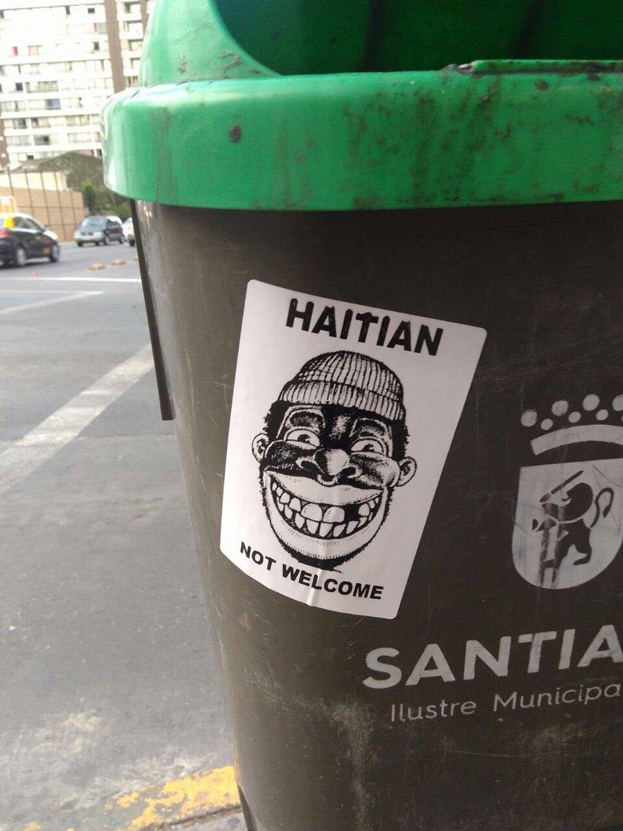 Une poubelle avec une affiche raciste au Chili