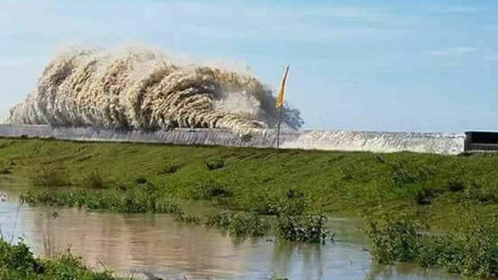 watch 25 foot high waves cause flooding threaten sea wall in