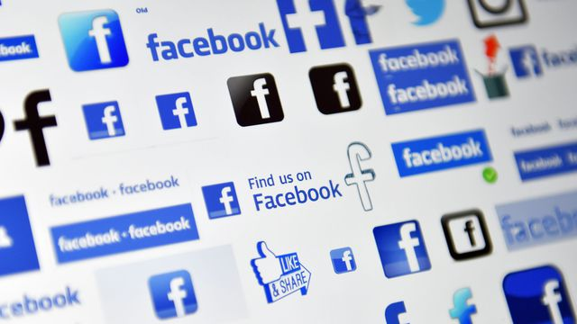 """Facebook a annoncé avoir """"suspendu"""" Cambridge Analytica, une entreprise d'analyse de donnée."""