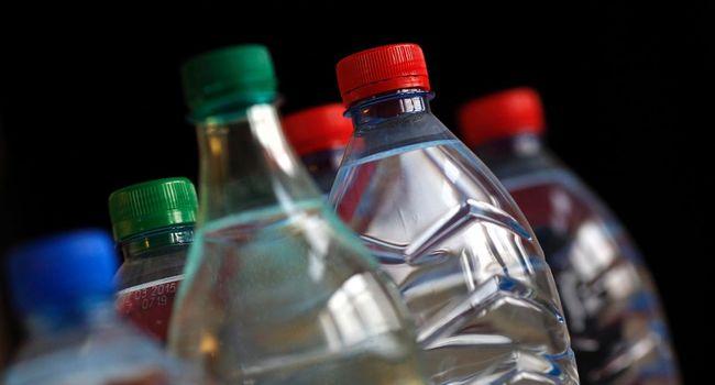 Des bouteilles d'eau photographiées à Paris le 24 mars 2013. AFP / THOMAS COEX