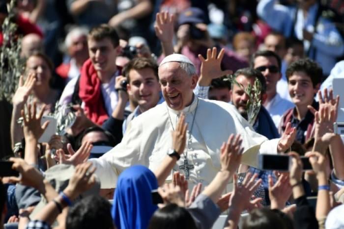 Le pape François prend un bain de foule le 9 avril 2017 à la fin de la messe de Pâques, sur la place Saint-Pierre de Rome, au Vatican. AFP/Archives / Alberto PIZZOLI