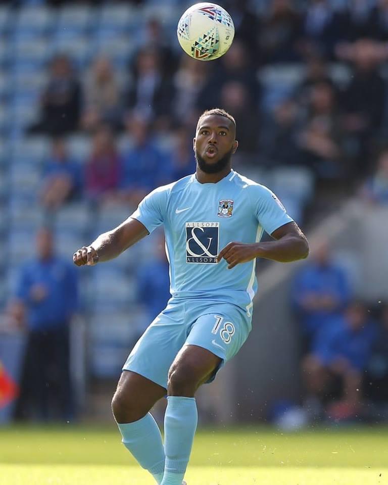 L'attaquant haïtien Duckens Nazon avec les couleurs du club Oldham Athletic.