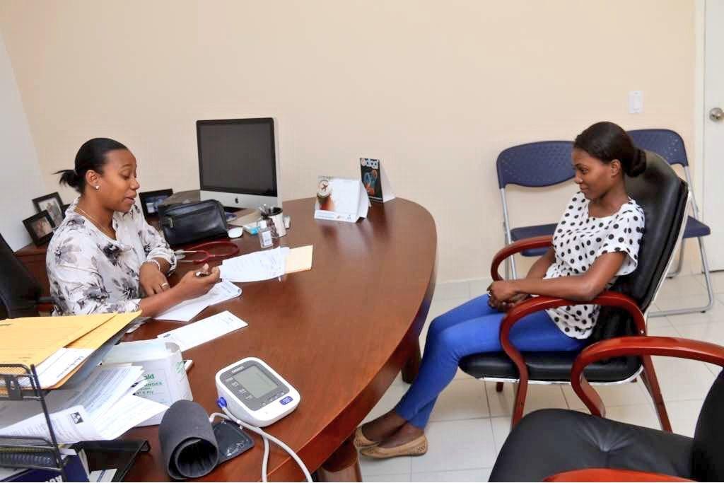 La femme du photojournaliste Vladjimir  Legagneur, Fleurette Guerrier Legagneur lors de la première séance d'accompagnement médical et psychologique au ministère de la Culture./ Photo : Limond Toussaint (Twitter)