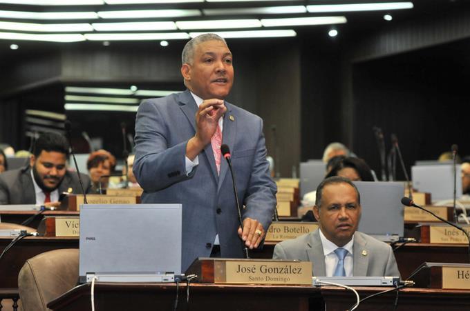 Radhames González Porte-parole des députés du Parti révolutionnaire dominicain (PRD).  Congrès dominicain, un projet de loi pour pénaliser la location de maisons aux illégaux.
