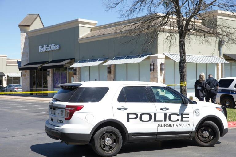 Un jeune homme soupçonné d'être l'auteur de la série d'attentats au colis piégé s'est donné la mort mercredi en se faisant exploser dans sa voiture.