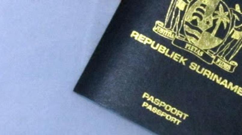 Het tweetal is voor het eerst in Suriname en hebben de Surinaamse paspoorten via een vriend gekregen. De afdeling Fraude onderzoekt wie de vreemdelingen aan de paspoorten heeft geholpen.
