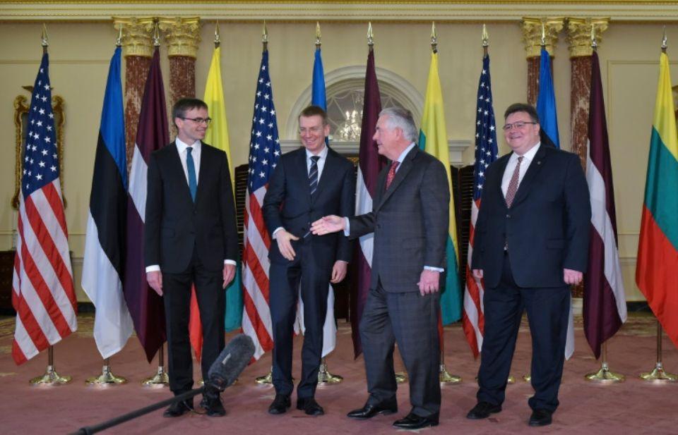 Rex Tillerson avec Sven Mikser (Estonie), Edgars Rinkevics (Lettonie) et Linas Linkevicius (Lituanie) au département d'Etat américain.  Photo MANDEL NGAN. AFP