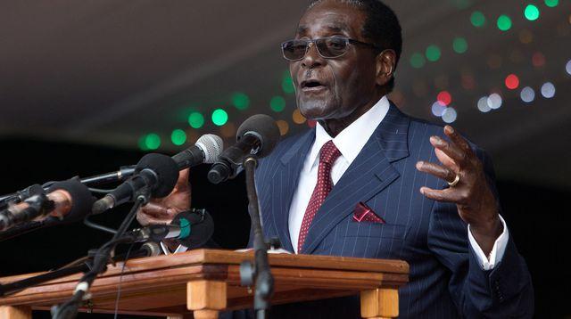 Après trente-sept ans d'un pouvoir sans partage à la tête du Zimbabwe, Robert Mugabe, qui a fêté le mois dernier ses 94 ans, a quitté le pouvoir le 21 novembre 2017, lâché par l'armée, son parti au pouvoir, la Zanu-PF, et la rue.