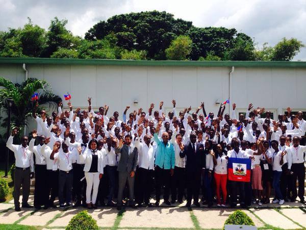 Photo souvenir de l'ancien président Michel J. Martelly avec les boursiers haïtiens en partance pour le Mexique, Palais national./ Facebook: Michel Martelly