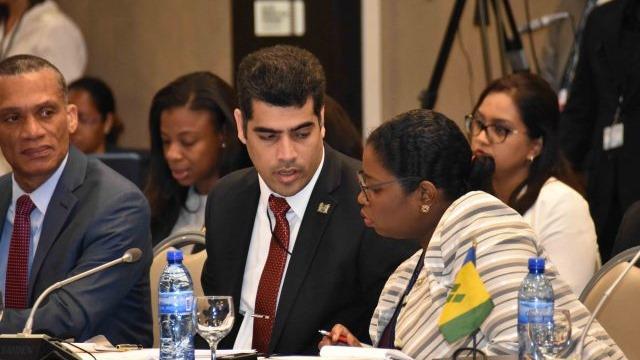 Vice-President Ashwin Adhin en Minister Yldiz Pollack-Beighle (Buitenlandse Zaken) tijdens de tussentijdse vergadering van de CARICOM