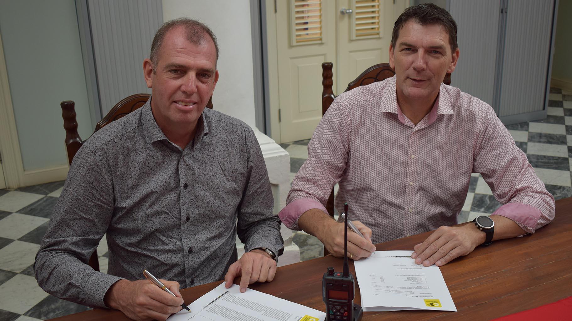 Bert Schreuders (links), Managing Director, C3 Caribbean en Paul de Kloet (rechts), Managing Director Securitas tekenen de overeenkomst.