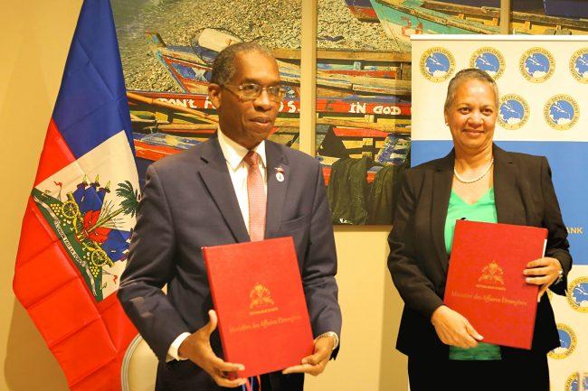 Le Ministère des affaires étrangères, Antonio Rodrigue (à gauche) et la Vice-présidente de la Banque de développement des Caraïbes (CDB), Monica La Bennett (à droite). /Photo: CDB