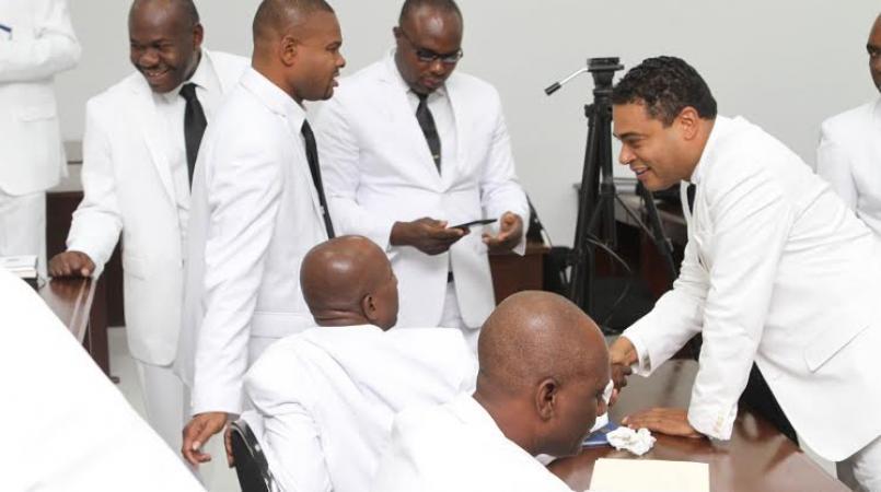 Des députés en discussion lors d'une assemblée nationale.