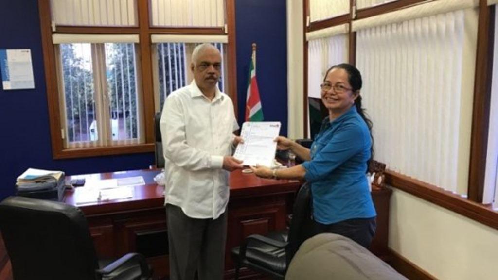 De overhandiging van het certificaat aan de directeur van de SWM, dhr. M. Oosterling. Foto: NII