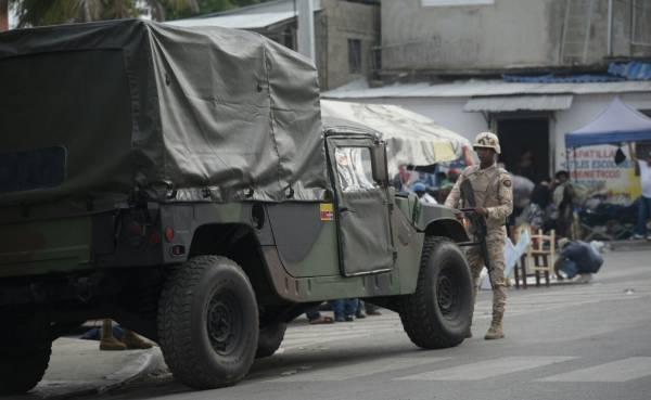 Un soldat dominicain surveillant la frontière