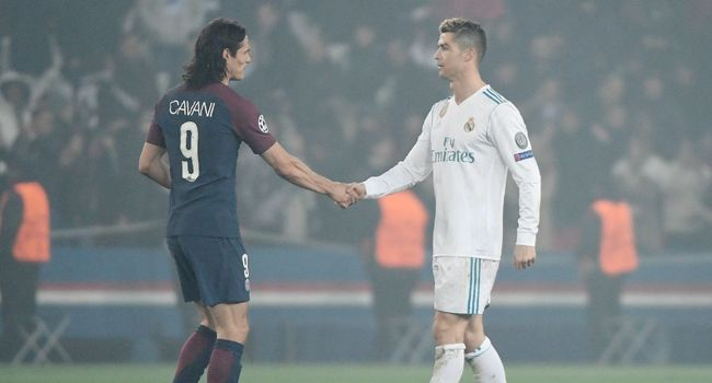Edinson Cavani (g) serre la main de Cristiano Ronaldo après la défaite parisienne le 6 mars 2018. Photo: AFP / CHRISTOPHE SIMON