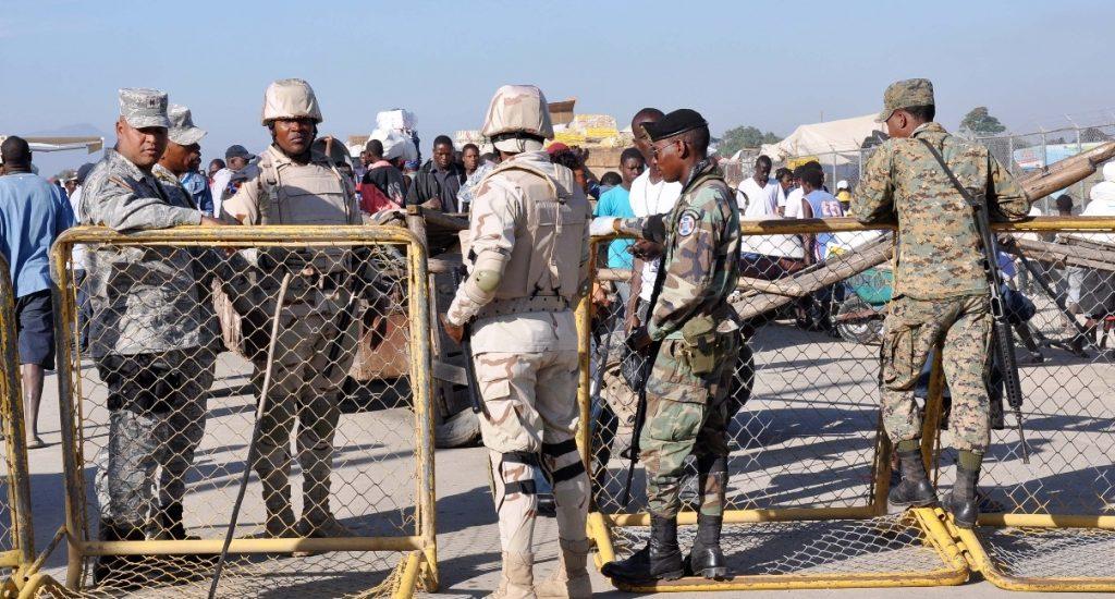Des soldats dominicains à la frontière.