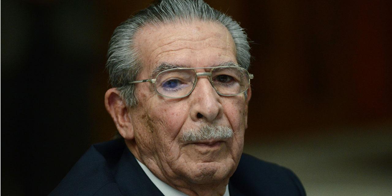 Accusé de génocide contre des Mayas, Efraín Rios Montt est décédé d'un infarctus à son domicile, a confirmé à la presse l'un des avocats qui l'avait défendu durant son procès, Jaime Hernández.