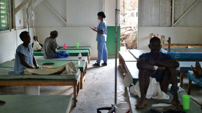 © HECTOR RETAMAL/AFP Malades du choléra à l'hôpital Saint-Antoine de la ville de Jérémie, en octobre 2016.