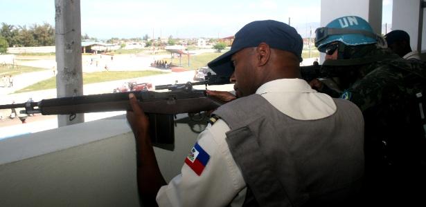 Un officier de police haïtien et un militaire brésilien à Cité Soleil Port-au-Prince.