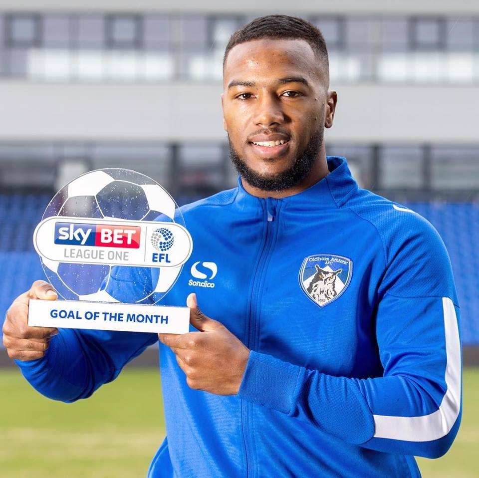 Duckens Nazon, international haïtien affecté à l'équipe Oldham Athletic avec le trophée du plus beau but du mois de février en Angleterre./League One. /Photo : Dukens Nazon (Facebook)