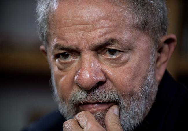 Condamné en deuxième instance à 12 ans et un mois de prison pour corruption et blanchiment d'argent, Lula a commencé à purger sa peine le 7 avril au siège de la police fédérale de Curitiba (sud). (crédit photo : AFP)