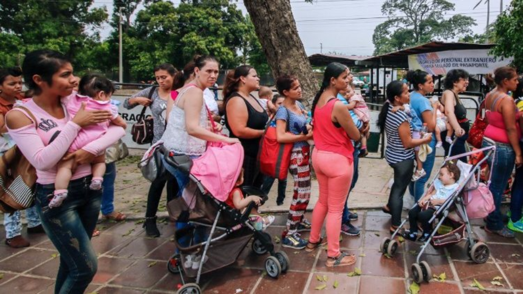 Photo: Venezuelans, who have crossed the border into Colombia, queue for vaccinations.