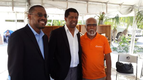 (de droite à gauche) Michel Fred Brutus, directeur des éditions C3 Group, l'écrivain haïtien de l'Académie française Dany Laferrière et Frantz Carly Jean-Michel, DG de la Direction nationale du livre (DNL)./ Photo : (www.michelfredbrutus.com)