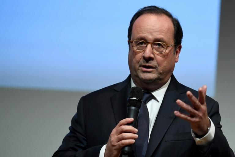 """Dans son livre, M. Hollande s'en prend une nouvelle fois à la politique fiscale de M. Macron. """"Mes gouvernements réduisaient les inégalités. Celui-là les creuse"""", attaque l'ancien président."""