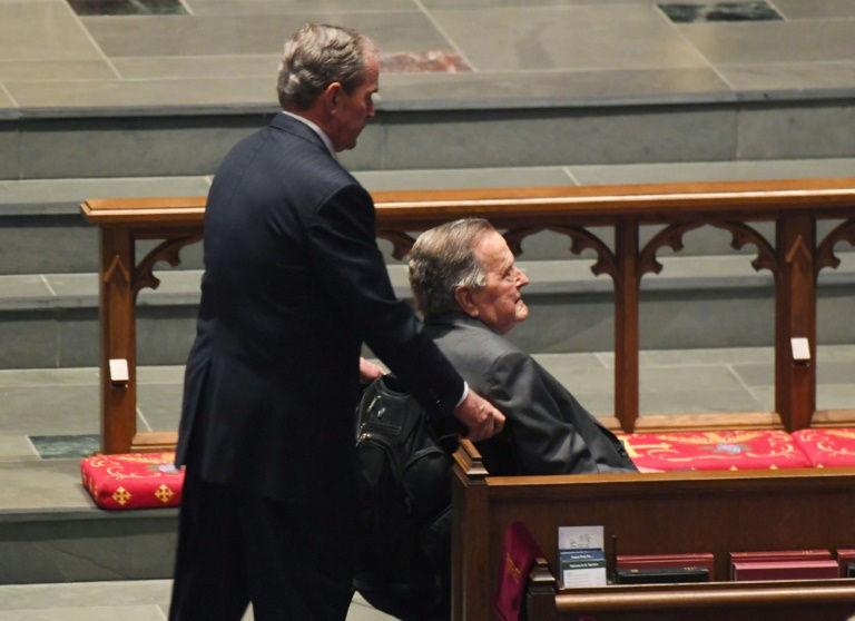 Barbara Bush laisse derrière elle son mari, George H. W. Bush, 93 ans et président de 1989 à 1993, cinq enfants dont George W. Bush, président de 2001 à 2009, dix-sept petits-enfants et sept arrière-petits-enfants. (crédit photo : AFP)