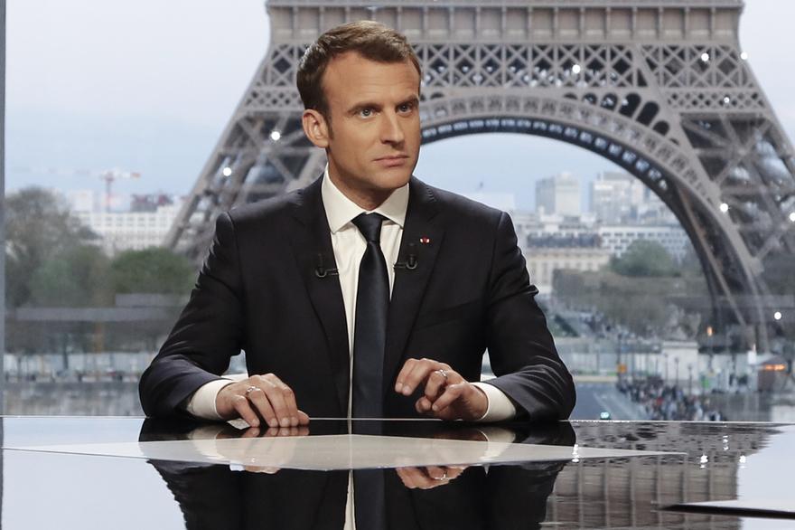 """""""Nous avons frappé de manière extrêmement précise des sites d'utilisation d'armes chimiques contraires à tout le droit international"""" et """"nous n'avons eu aucun dommages collatéraux à l'égard des Russes"""", a poursuivi le président français Emmanuel Macron."""
