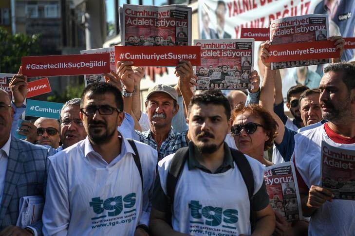 14 journalistes d'opposition condamnés à de lourdes peines de prison — Turquie