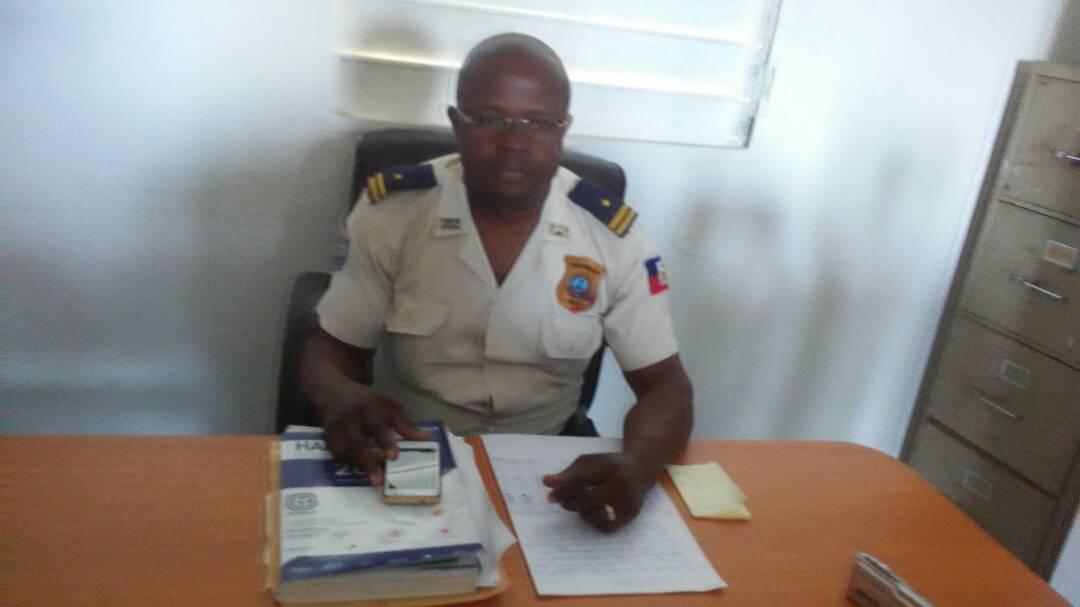 L'inspecteur Léonel Joseph, porte-parole de la PNH dans le département du Nord'Ouest lors de la présentation du bilan des opérations réalisées au cours du mois de mars 2018.
