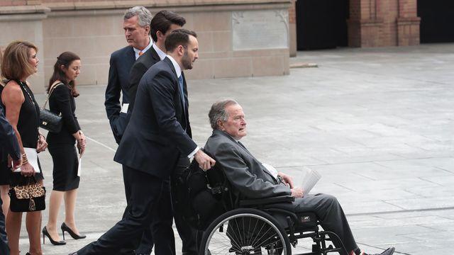 Le 41e président des Etats-Unis, George H. W.Bush, âgé de 93ans, a été hospitalisé dimanche quelques heures à peine après les funérailles de sa femme, Barbara, pour une «infection qui s'est diffusée dans le sang». (crédit photo : AFP)